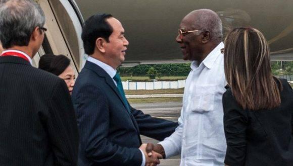 Tran Dai Quang (C izq.), presidente de Vietnam, es recibido por Salvador Valdés Mesa (C der.),  Vicepresidente del Consejo de Estado, a su llegada al Aeropuerto Internacional José Martí, en La Habana, Cuba, el 15 de noviembre de 2016.   ACN FOTO/ Diana Inés RODRÍGUEZ RODRÍGUEZ/sdl
