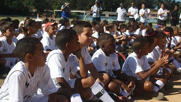 Los niños escuchan a los representantes del INDER y la Fundación Real Madrid, justo antes de comenzar el entrenamiento. Foto: José Raúl Concepción/ Cubadebate.