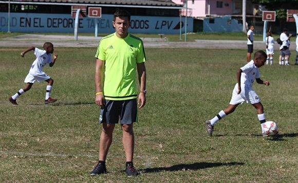 El entrenador Roberto Arias supervisa el trabajo de los pequeños. Foto: José Raúl Concepción/ Cubadebate.