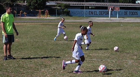 El entrenador de la entidad madrileña, Roberto Arias, guía a los niños cubanos en su práctica de fútbol en el estadio Eduardo Saborí. Foto: José Raúl Concepción/ Cubadebate.