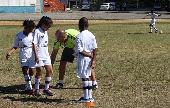 El entrenador Juanan imparte sus conocimientos a los niños cubanos. Foto: José Raúl Concepción/ Cubadebate.