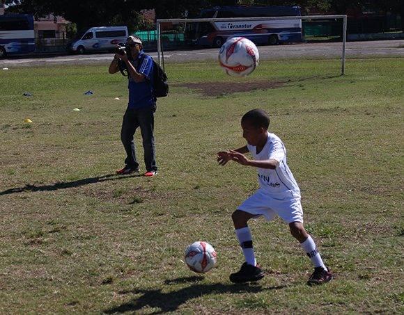 Los pequeños hicieron varios tipos de ejercicios con el balón. Foto: José Raúl Concepción/ Cubadebate.