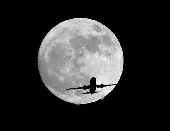 Un avión de pasajeros de American Airlines pasa frente a la Luna, visto desde Whittier, California, el domingo 13 de noviembre de 2016. Nick Ut AP Foto