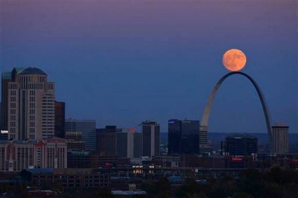 La Luna se alza sobre el arco de St. Louis, vista desde la Compton Hill Water Tower el domingo 13 de noviembre de 2016. St. Louis Post-Dispatch via AP David Carson.