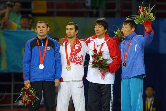 Al azerbaiyano Vitaliy Rahimov (izq.) le retiraron su medalla de plata. Foto: Stu Forster/ Getty Images.