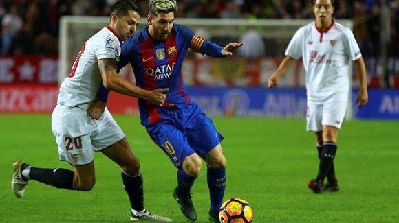 Vitolo intenta robar el balón a Messi. Foto tomada de Twitter.
