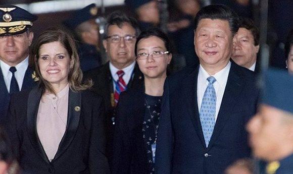El presidente de China, Xi Jingping, fue recibido por la vicepresidenta de Perú, Mercedes Aráoz. Foto: Cancillería de Perú.