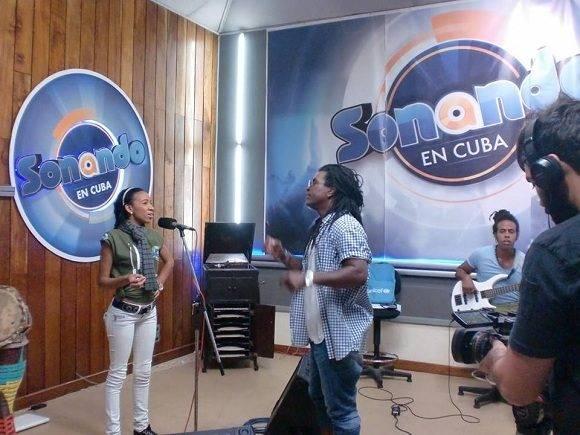 Yulaisy junto a su mentor, Mayito Rivera, en uno de los ensayos. Foto: Sonando en Cuba.