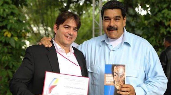 """Abel González Santamaría fue galardonado por su libro """"Los desafíos de la integración en América Latina y el Caribe"""" durante la Feria Internacional del Libro en Venezuela. El Presidente Nicolás Maduro le entregó la mención de honor."""