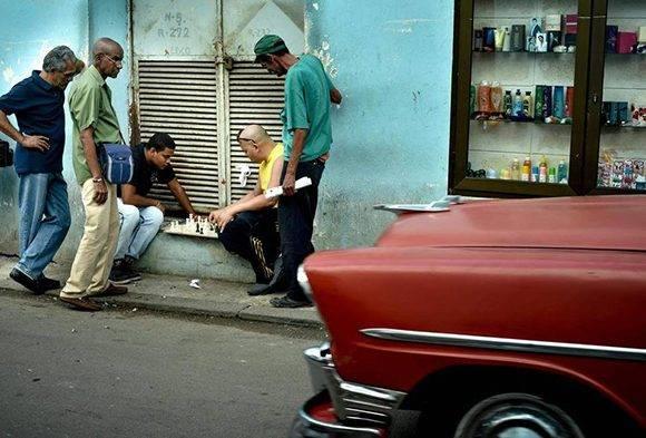 En Cuba el ajedrez es parte de la cotidianidad. Por eso es el país con más desarrollo en el juego ciencia en América Latina. Foto: Adalberto Roque/ AFP.