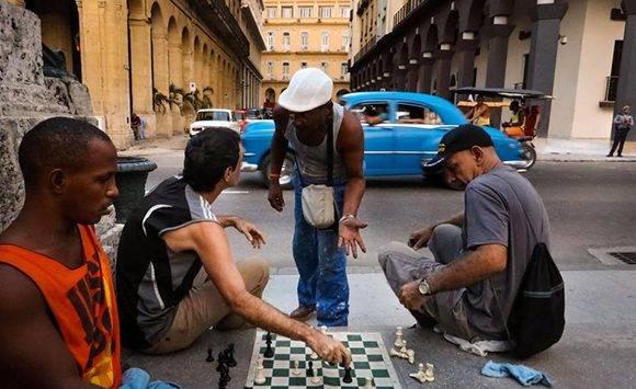 En cualquier esquina de La Habana se coloca un tablero, se juega y se debate sobre ajedrez. Foto: Adalberto Roque/ AFP.