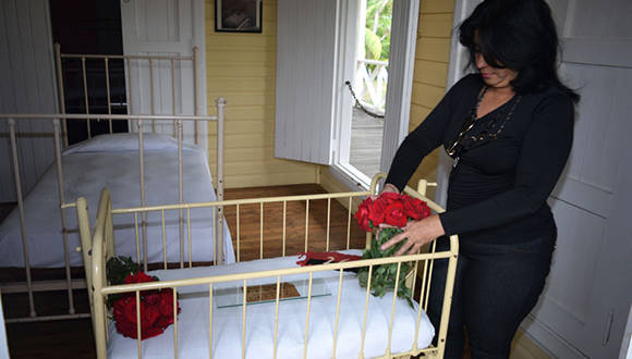 A pocas horas del fallecimiento del lider de la Revolución cubana, una visitante al Conjunto Histórico de Birán rinde homenaje a Fidel Castro al depositar flores en su cuna natal, en Birán, Holguín. Noviembre 26 de 2016. Foto/ Heidi Calderón Sánchez.