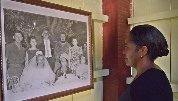 A pocas horas del fallecimiento del lider de la Revolución cubana, una trabajadora del Conjunto Histórico de Birán recorre casa natal para recordar la vida de Fidel Castro por las fotografías del lugar, en Birán, Holguín. Noviembre 26 de 2016. Foto/ Heidi Calderón Sánchez.