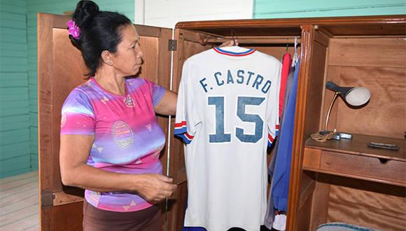 A pocas horas del fallecimiento del lider de la Revolución cubana, una trabajadora del Conjunto Histórico de Birán acomoda ropa de Fidel Castro en su casa natal, Birán, Holguín. Noviembre 26 de 2016. Foto/ Heidi Calderón Sánchez.