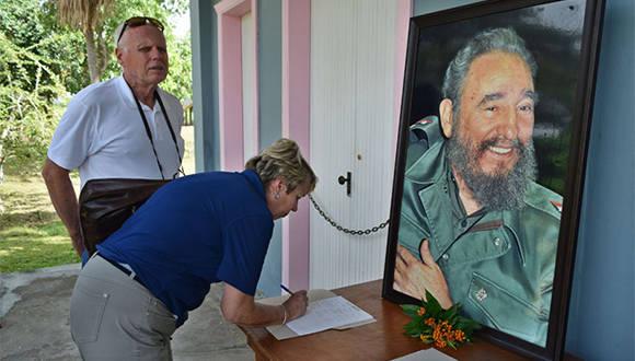 A pocas horas del fallecimiento del lider de la Revolución cubana, turistas que visitan el Conjunto Histórico de Birán, firman libro de condolencias por muerte de Fidel Castro, en su casa natal, Birán, Holguín. Noviembre 26 de 2016. Foto/ Heidi Calderón Sánchez.