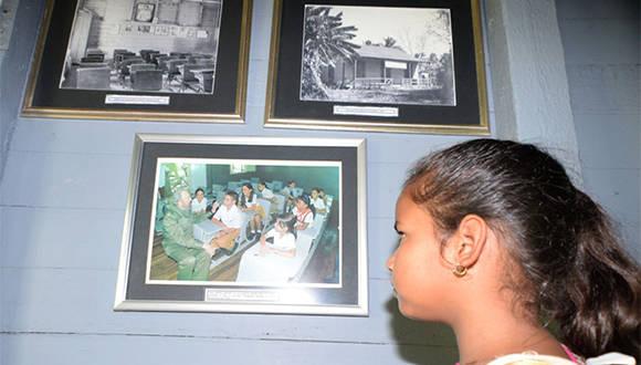 A pocas horas del fallecimiento del lider de la Revolución cubana, una niña observa foto de Fidel Castro con otros niños en Birán, Holguín. Noviembre 26 de 2016. Foto/ Heidi Calderón Sánchez.