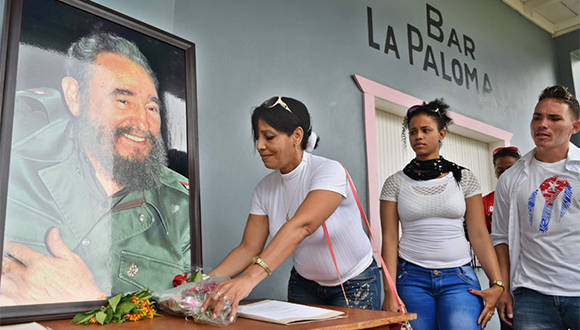A pocas horas del fallecimiento del lider de la Revolución cubana, personas que visitan el Conjunto Histórico de Birán, firman libro de condolencias por muerte de Fidel Castro, en su casa natal, Birán, Holguín. Noviembre 26 de 2016. Foto/ Heidi Calderón Sánchez.