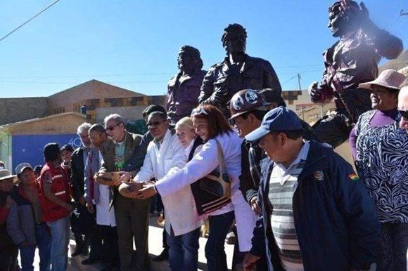 La recién bautizada plaza con tres grandes esculturas humanas y dos paredes en alto relieve, quedó inaugurada en un solemne acto por el segundo jefe de la Embajada de Cuba, Eric Valdés.
