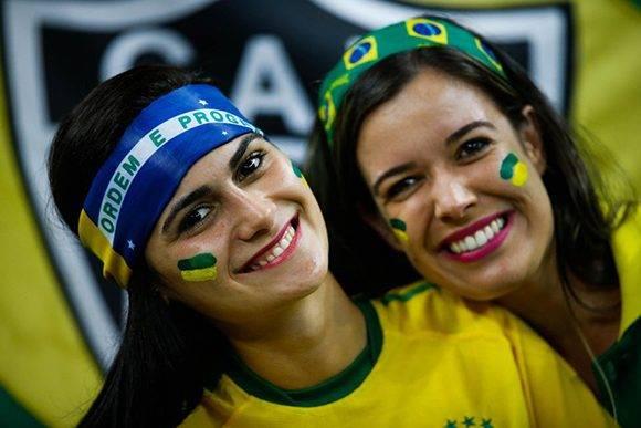 Belleza en las gradas y alegría en el campo para Brasil. Foto: Fernando Bizerra/ EFE.