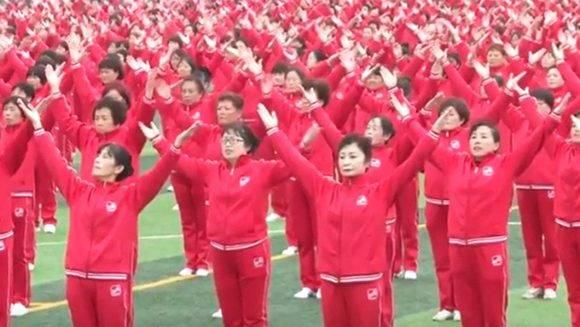 Los participantes bailaron de forma sincronizada. Foto: Captura canal CCTV YouTube.