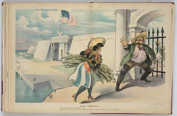 """En la ilustración se muestra un muro denominado """"Muro de Aranceles"""" en la costa de los Estados Unidos, que tiene dos puertas, una con la etiqueta """"Anexión"""" y la otra con la etiqueta """"Reciprocidad"""". Una mujer etiquetada como """"Cuba"""", sosteniendo un paquete de caña de azúcar """"Raw Sugar"""", está tratando de entrar a los Estados Unidos a través de la puerta denominada """"Reciprocidad""""; Ella está siendo rechazada vociferamente por un hombre llamado """"Sugar Grower"""" sosteniendo un pedazo de papel etiquetado """"Tariff on Sugar"""". En el fondo está una mujer etiquetada """"Puerto Rico"""" que lleva un manojo de caña de azúcar; Ella ha entrado a través de la """"anexión"""" puerta sobre la que el productor de azúcar y sus tarifas no tienen ningún control."""