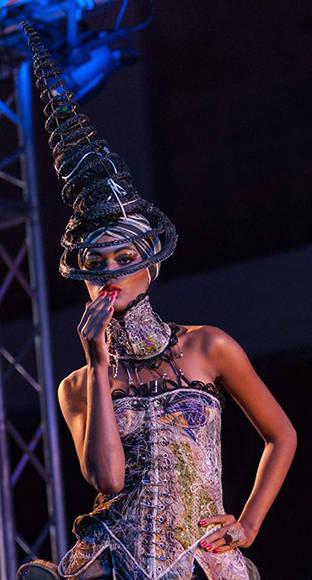 Diseño de Ignacio Carmona (Nachy) inspirado en la obra La Coqueta, del artista de la plástica Agustín Bejarano, de la Colección Remixed, en Arte y Moda, en el Museo Nacional de Bellas Artes, en La Habana, el 13 de noviembre de 2016. ACN FOTO/Diana Inés RODRÍGUEZ RODRÍGUEZ.
