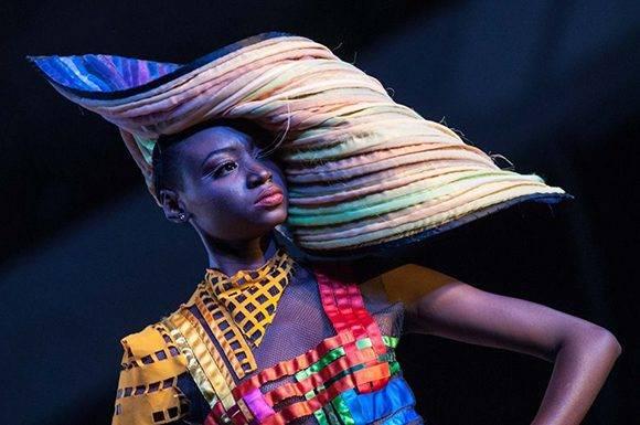 Diseño de Anayce Figueroa inspirado en la obra Geometría Corrompida, del artista de la plástica Ernesto García, de la Colección Remixed, en Arte y Moda, en el Museo Nacional de Bellas Artes, en La Habana, el 13 de noviembre de 2016. ACN FOTO/Diana Inés RODRÍGUEZ RODRÍGUEZ