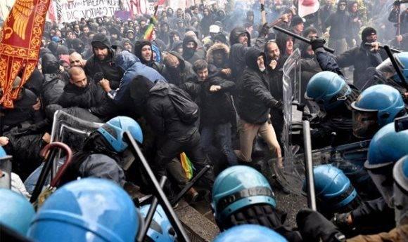 Manifestantes se enfrentan a la policia en protesta contra el premier Matteo Renzi. Foto: EFE.