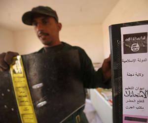 Un soldat irakien avec des documents trouvés à Abu EST Shuwayhah. Photo: Ahmad Al-RUBAYE / AFP.