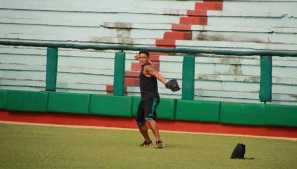 Cabrera lanzando pelotas en el jardín central del Estadio Mayor General Calxto García. Foto: Reynaldo Cruz/ Universo Béisbol.