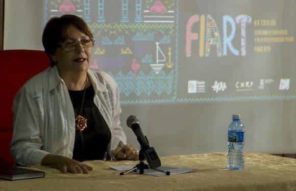 La directora de artesanía del Fondo Cubano de Bienes Culturales (FCBC), Mercy Correa, anunció en conferencia de prensa la participación por vez primera de artesanos de Portugal y Haití, reconocidos a escala planetaria. Foto: Ismael Francisco/Cubadebate