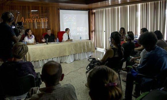 El programa colateral de Fiart 2016 incluirá intercambios entre proveedores y exportadores, especialmente con directivos de Habanos S.A., a quienes los artesanos proveen los necesarios humidores. Foto: Ismael Francisco/Cubadebate