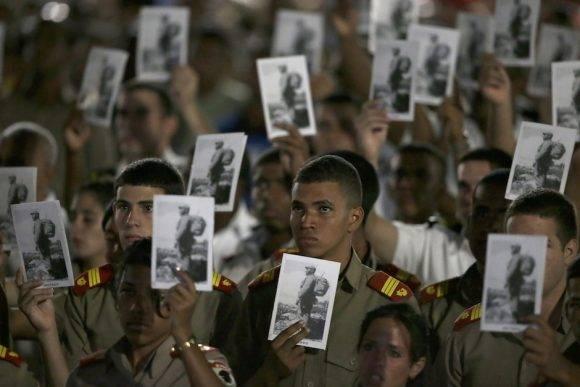 Camilitos muestran imágenes de Fidel. Foto: Ricardo Mazalan/ AP