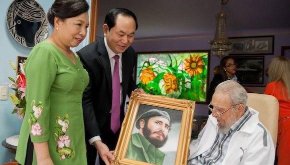 La última foto pública de Fidel, con el presidente de Vietnam y su esposa, el 16 de noviembre de 2016.