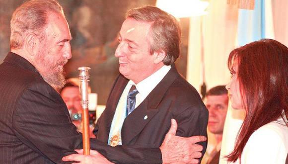 Fidel saluda a Nestor Kirchner en el Palacio San Martín. Foto: Télam.