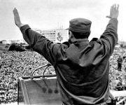 Fidel junto a la Plaza repleta de personas. Foto: Archivo