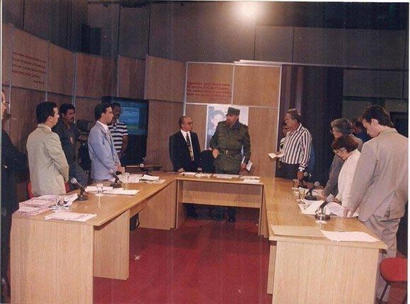 Raúl Garcés (esquina derecha), Fidel Castro, Randy Alonso Falcón (al centro), y otros periodistas, en espacio televisivo de la Mesa Redonda.