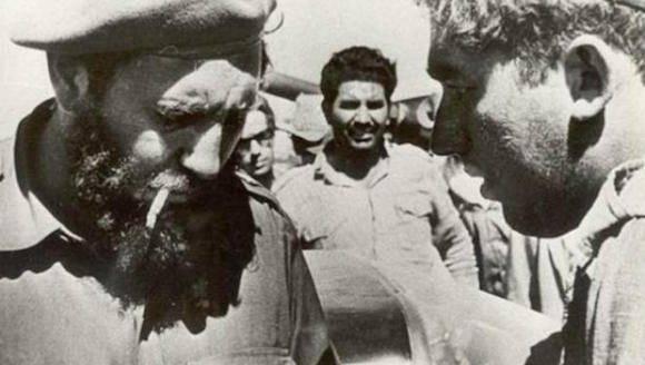 Fidel Castro y el periodista Luis Báez, en Girón, 1961.