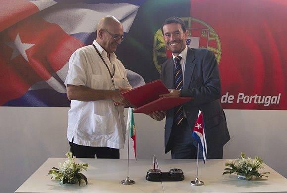 Roberto Verrier Castro, director de ProCuba (izq.) y Miguel Frasquilho, presidente de AICEP durante la firma de acuerdos entre Cuba y Portugal en FIHAV-2016. Foto: Ladyrene Pérez/ Cubadebate.
