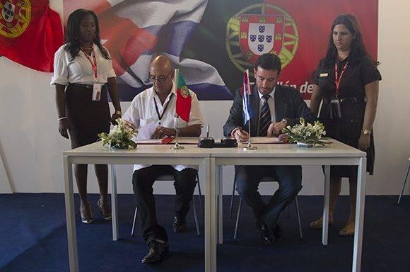 La firma de acuerdos entre Verrier y Frasquilho. Foto: Ladyrene Pérez/ Cubadebate.