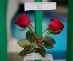 """Dos rosas con el mensaje """"¡Hasta siempre, Comandante!"""" fueron colocadas afuera de la embajada de Cuba en la Ciudad de México. Foto; Rebecca Blackwell/ AP."""