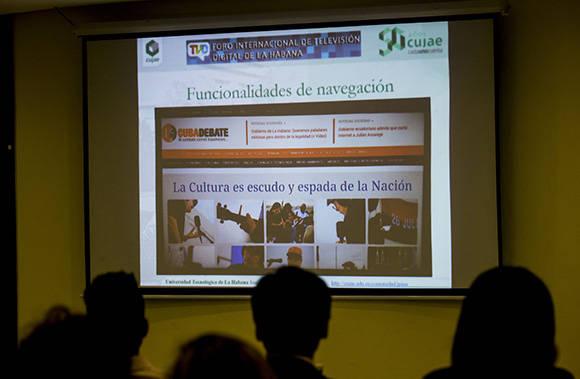 La nueva caja decodificadora permitirá leer una noticia y no dejar de escuchar el programa de TV que prefieras. Foto: Ismael Francisco/ Cubadebate.
