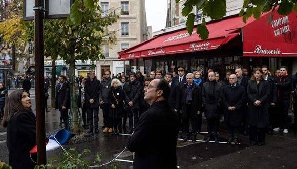 El presidente francés, Francois Hollande, devela una placa en uno de los lugares golpeado por los atentados. Foto: AFP.