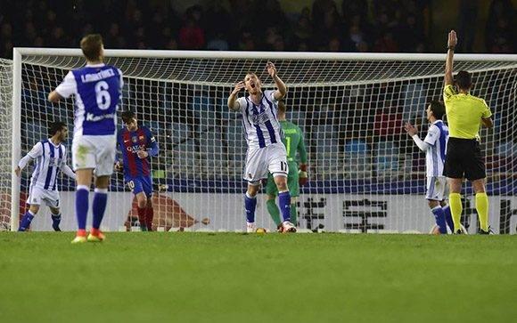 Los jugadores de la Real se lamentan por un fuera de juego. Foto: EFE: