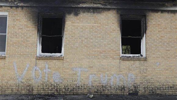 """La campaña del candidato republicano a la Casa Blanca, Donald Trump, al que hacía referencia la pintada en la iglesia quemada, rechazó """"de la manera más categórica"""" la acción. Foto: AOL."""
