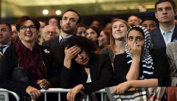 Simpatizantes de Hillary Clinton en el centro de convenciones Jacob K. Javits de Nueva York, desconsolados por los resultados de los comicios. Foto: AFP.