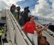 Pasajeros del vuelo inaugural de la compañía aérea norteamericana Jetblue al aeropuerto internacional Frank País, de la ciudad de Holguín, Cuba, el 10 de noviembre de 2016. Foto: Juan Pablo Carreras/ ACN.