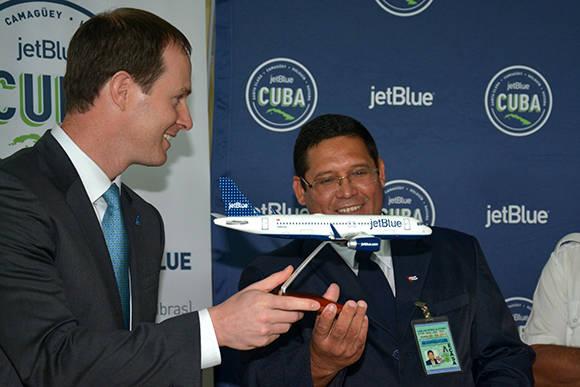 Carlos Pérez Alfonso (D), director del aeropuerto internacinal Frank País, junto a Dave Clark (I), vicepresidente de planeación de la red de Jetblue, intercambian obsequios luego de inaugurada la nueva ruta comercial de la compañía aérea norteamericana a la ciudad de Holguín, Cuba, el 10 de noviembre de 2016. ACN FOTO/Juan Pablo CARRERAS