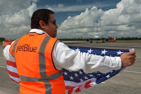 Arribo del vuelo inaugural de la compañía aérea norteamericana Jetblue al aeropuerto internacional Frank País, de la ciudad de Holguín, Cuba, el 10 de noviembre de 2016. ACN FOTO/Juan Pablo CARRERAS