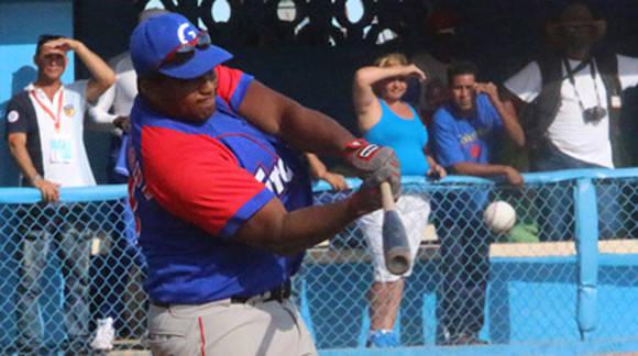 Los más 11 mil 500 mil concurrentes al parque Mártires de Barbados centraron su mirada en el ídolo local Alfredo Despaigne en su debut este año en Cuba. Foto: Béisbol Cubano